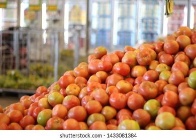 fresh tomatoes on the market hortifruti sector gondola