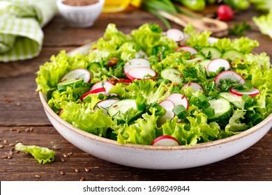 Frischer veganischer Gemüsesalat aus Rot, Gurken, Salat, Dill und grüner Zwiebel, gesundes vegetarisches Essen