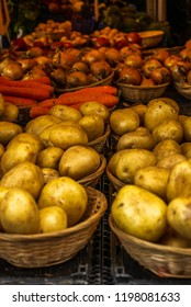Fresh vegetables, potatoes, carots and onions on display at a farmers' market in Oxford in England -2
