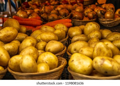 Fresh vegetables, potatoes, carots and onions on display at a farmers' market in Oxford in England -1