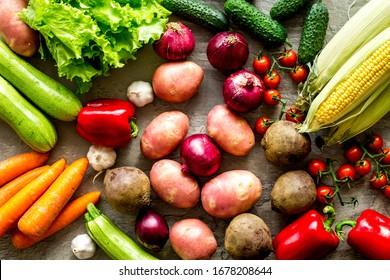 Frisches Gemüse noch Leben. Kartoffeln, Gurken, Zuckerrüben, Grüne auf Steinhintergrund von oben nach unten
