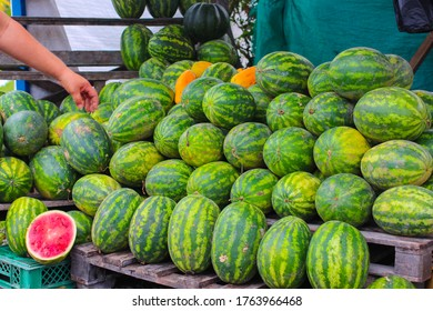 Frische Wassermelonen werden auf der Straße in Kolumbien verkauft.