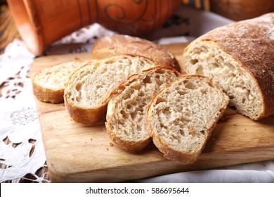 Frisch gebackenes ciabatta-Brot auf Holzbrett