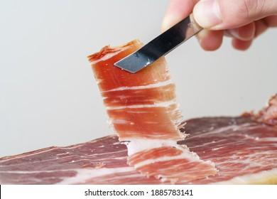Trozo recién cortado de jamón ibérico de bellota, delicia gourmet típica española