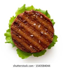 Frisch gegrillte Pflanze auf der Basis von Burn mit Salat und Steinsalz einzeln auf Weiß. Draufsicht.