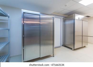 Kühlschrank und Regale in einer professionellen Küche