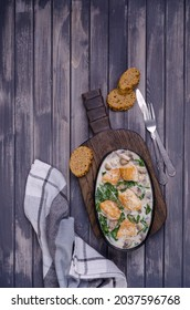 Coeurs d'oiseaux frits avec légumes en sauce blanche sur fond bois. Vue de dessus. Mise au point sélective.