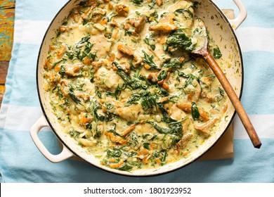 poulet frit aux champignons girolles, épinards à la sauce crémeuse à l'aneth
