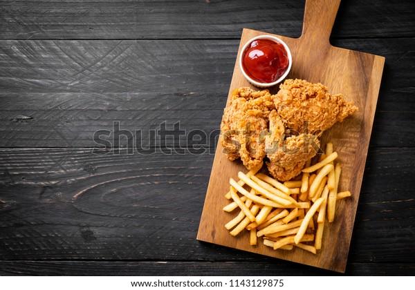 Pommes frites Huhn mit Pommes frites und Nuggets - Junk Food und ungesunde Lebensmittel