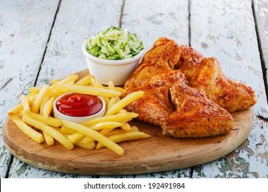ailes de poulet frit avec frites