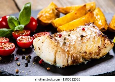 Kabeljaulaine mit gebackenen Kartoffeln und Gemüse