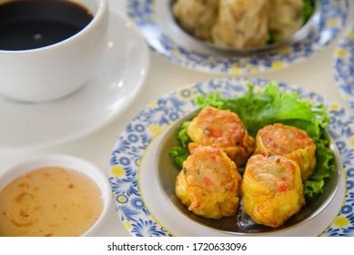 frittiertes Dumpling traditionelles chinesisches Essen mit Suppe und Kaffee zum Frühstück