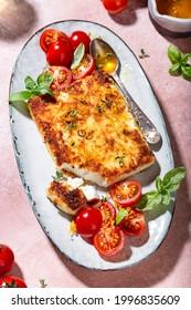 frittierter Feta-Käse mit Honig und Tomate und Basissalat