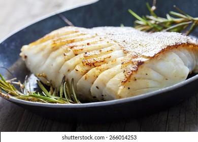 Fischfilet, Kabeljau mit Rosmarin in Pfanne