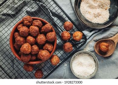 Frittiertes Zuhause, traditionelle italienische Fleischbällchen mit Parmesan und Brot
