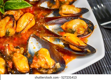 Fried mussels in a sauce of fresh tomatoes