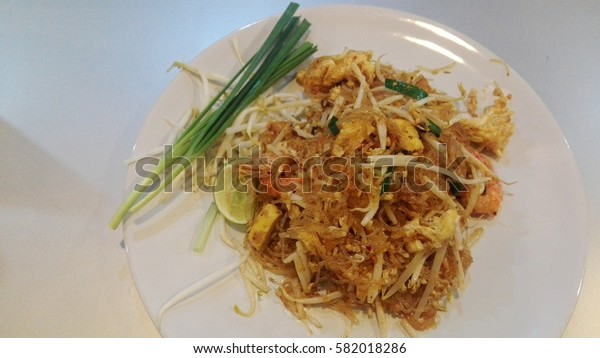 Fried noodle Thai style with prawns