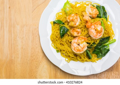 fried noodles with prawns for meal time