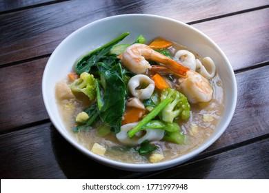 Fried noodles with shrimp and kale in gravy sauce (Radna salad, Rad na)