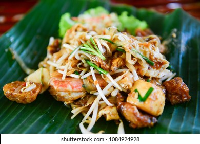 Fried noodles with shrimp or pad thai, popular thai food