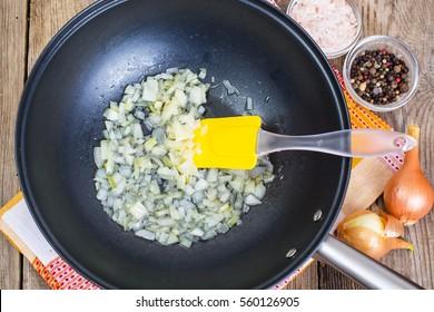 Zwiebel in Öl in einer Pfanne. Studioaufnahme