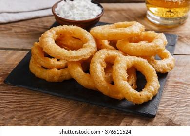 anneaux d'oignon frits en pâte sauce