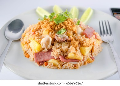 Fried rice with pineapple, stir fried rice with pineapple fruit, eggplant, seasoned with pepper, seasoning with pepper The taste is not spicy, children eat it. The sour and sweet taste of pineapple.