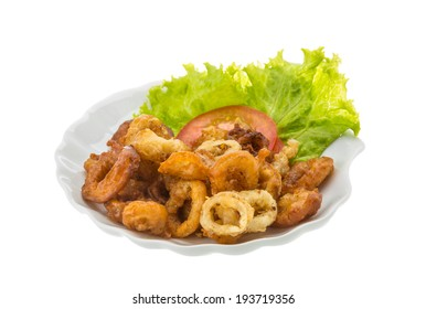Fried squid rings with tomato and salad leaves