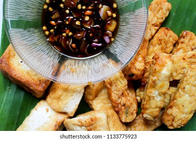 Fried tempe and tofu are served for lunch in a Sundanese restaurant as a side dish