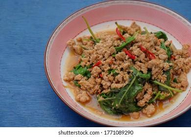 Basilikum-frittiertes Thai-Blatt mit Hackfleisch/Faschiertem