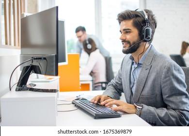 Freundlicher Kundendienst-Mitarbeiter im Callcenter