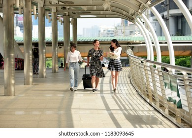 Friends come to Bangkok, the capital of Thailand. Friends have come together to meet the appointment expressed joy. Friends are walking around the city,