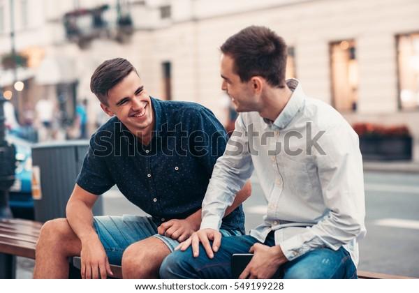 Freunde sprechen auf einer Bank in der Stadt