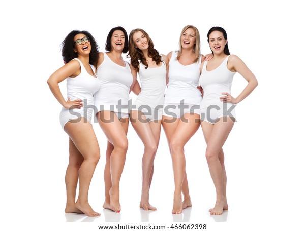 Freundschaft, Schönheit, Körper positiv und Menschen Konzept - Gruppe der glücklichen Frauen in weißer Unterwäsche
