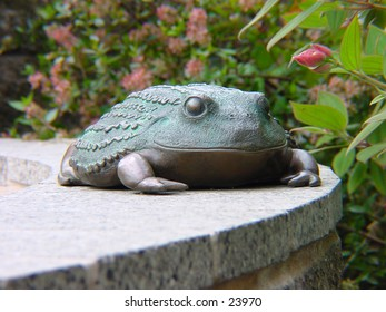A frog statue at the San Francisco zoo.