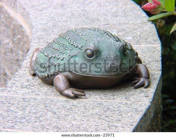 A frog statue at the San Francisco zoo.