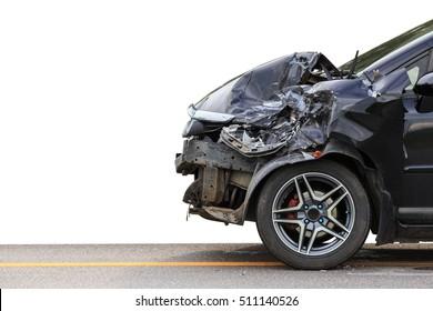 Die Vorderseite des schwarzen Autos wird durch einen Unfall auf der Straße beschädigt. Einzeln auf weißem Hintergrund. Mit Beschneidungspfad gespeichert