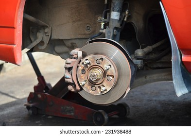 Front disk brake with caliper and detail of the wheel hub