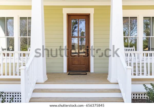 Передняя дверь, вид спереди уютный дом с крыльцом