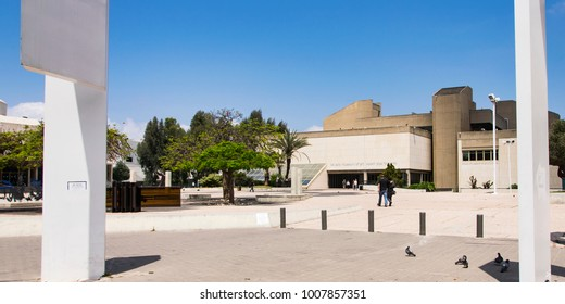 front entrance of the Tel Aviv Museum of Art