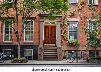 Die Vorderseite eines ornaten, braunen Steingebäudes in einem symbolträchtigen Viertel von Brooklyn in New York City