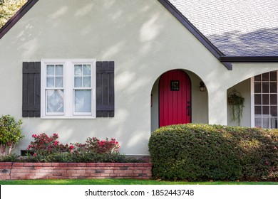 Vordere rote Tür eines Hauses mit schöner Landschaft
