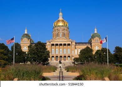 Front shot of Iowa Capitol in Des Moines.