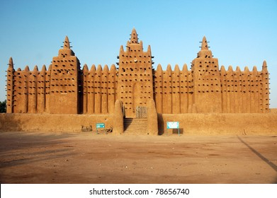 A front view of the Djenne mud mosque in Mali