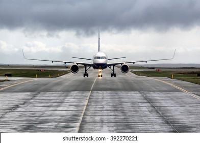 Voransicht eines Flugzeugs, das am internationalen Flughafen Keflavik, Island, startbereit ist.