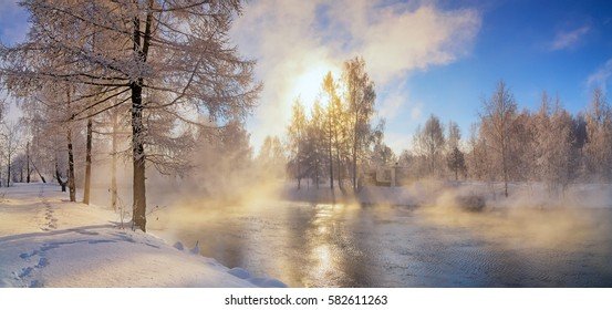 frostiger Morgen im Uralwald mit Fluss und Nebel, Russland, März
