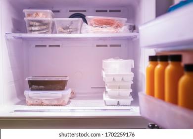 Futter im Kühlschrank gefroren. Fleisch, Meeresfrüchte, Saft und Eis in Gefrierregalen. Essensvorräte.