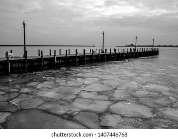 the frozen lake of Michigan on the shores of Chicago