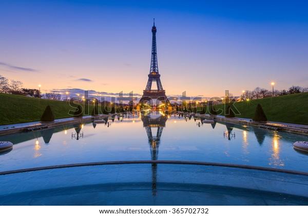 Spiegelungen in Paris gefroren. Eiffelturm bei Sonnenaufgang von Trocadero Fossilien