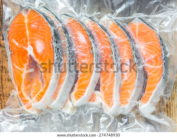 冷凍サーモンの切り身を真空包装に入れる